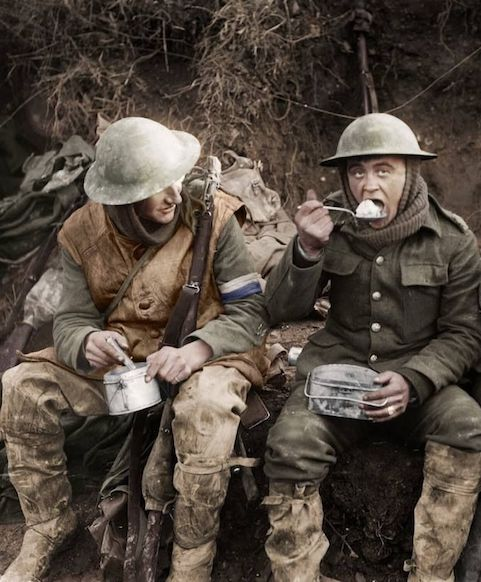 WWI soldiers eating